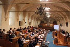 V senátu byla schválena změna výpočtu čisté mzdy a další daňové změny, pro rok 2021. Oproti původnímu návrhu senátoři pouze snížili základní daňovou slevu na poplatníka, na 27 840 Kč. I to je o 3000 Kč více než v roce 2021. Daňové změny musí znovu projednat parlament a podepsat prezident. | Autor foto: Krokodyl, CC BY-SA 3.0 , via Wikimedia Commons