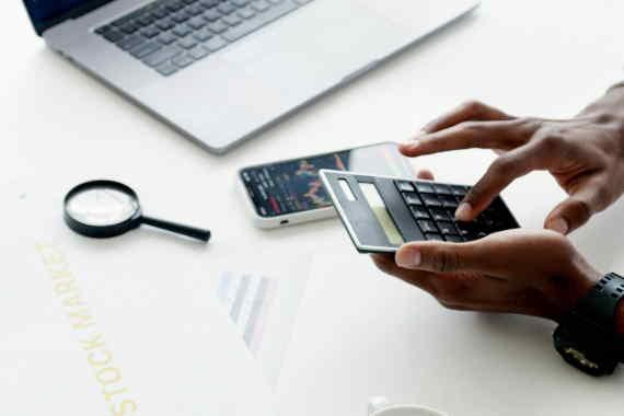 <span>V roce 2021 se bude měnit termín daňového přiznání – posune se o měsíc na 3. 5. 2021 (nebo pro elektronické DP na 1. 6. 2021). Rouškovné, ošetřovné a kompenzační bonus jsou příjmy, které jsou osvobozeny od daně z příjmu a do daňového přiznání se neuvádí. Ostatní COVID podpory ale mohou podléhat dani.</span>