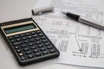 Při insolvenci, oddlužení splátkovým kalendářem, jsou po dobu 5 roků prováděny srážky, jako u přednostní exekuce.