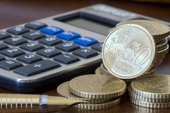 Pro výpočet v kalkulačce se používá aktuálně platný devizový kurz. Tento kurz se používá při bezhotovostním mezibankovním styku. V případě, že si budete potřebovat v bance nebo směnárně vyměnit hotové peníze, pak se pro tuto transakci použije valutový kurz.