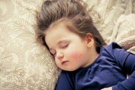Pokud vám onemocní dítě a jste zaměstnanec, pak s ním můžete zůstat doma, pečovat o něj.