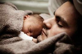 Od 1. 1. 2022, se prodlužuje otcovská dovolená na 2 týdny (14 dní). Na otcovskou je nárok, během prvních 6 týdnů, po narození dítěte. Nárok mohou mít zaměstnanci nebo OSVČ (pokud si platí nemocenské pojištění). V této kalkulačce si můžete spočítat, kolik bude otcovská v roce 2022.