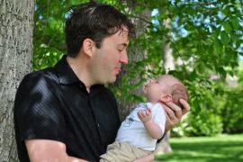 Při narození potomka má muž (otec dítěte), nárok na placené volno. Nárok je na 7 kalendářních dní, které je možné využít během prvních 6 týdnů po porodu.