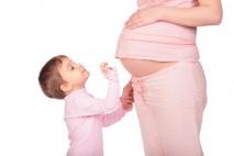 """Peněžitá pomoc v mateřství (PPM, nebo také """"lidově"""" mateřská) je dávka, kterou dostává žena před a po porodu dítěte."""