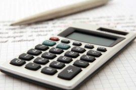 Při ukončení zaměstnání můžete mít nárok na odstupné. Především pokud dostanete výpověď od zaměstnavatele dle paragrafu 52 a) až c), zákoníku práce. Na odstupné je nárok 1 až 3 měsíce (někdy ale i za 12 měsíců). Výpočet se provádí na základě průměrné hrubé mzdy za předchozí čtvrtletí.