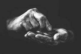 Příspěvek na živobytí patří mezí základní sociální dávky pro soby s nízkým nebo nedostatečným příjmem. Příspěvek na živobytí je ve výši rozdílu mezi tím, jaká je vaše částka na živobytí (životní nebo existenční minimum) a jaké jsou vaše příjmy (snížené o náklady na bydlení). Příspěvek na živobytí vyplácí Úřad práce.