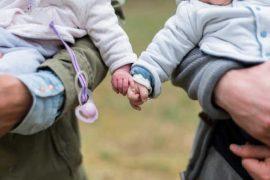 Celková výše rodičovské je pro všechny stejná. Na 300 tisíc Kč (nebo 450 tisíc Kč na dvojčata) má nárok každý, kdo se stará o nejmladší dítě v rodině, maximálně do jeho 4 roků.