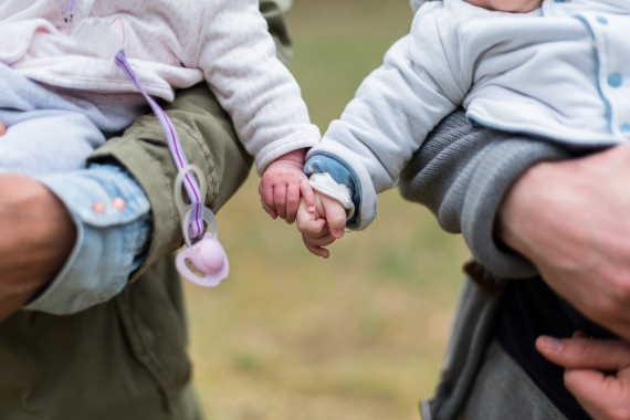 <span>Celková výše rodičovské je pro všechny stejná. Na 300 tisíc Kč (nebo 450 tisíc Kč na dvojčata) má nárok každý, kdo se stará o nejmladší dítě v rodině, maximálně do jeho 4 roků.</span>