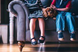"""Od 1. ledna 2018 se mění výše příspěvků na dítě. Ale jen někomu. Ten kdo """"pracuje"""", bude mít nárok na vyšší přídavky na dítě o 300 Kč měsíčně."""