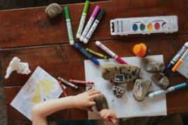 8. 10. 2020 schválila vláda prodloužení doby ošetřovného na dítě (do 10 roků), po dobu kdy budou zavřené školy/školky. Ošetřovné se zvýší na 70%. Na ošetřovné budou mít nárok i OSVČ nebo ti, kdo pracují na DPP nebo DPČ.