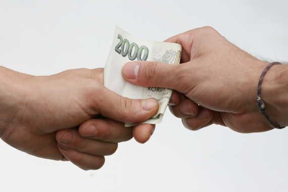 <span>Potřebujete rychle sehnat peníze a bojíte vysokých poplatků? Tady nemusíte. První půjčka je zde skoro zdarma (platíte jen jednu splátku navíc, bez dalších úroků a bez poplatků). Můžete zde ihned dostat 10 000 Kč i v hotovosti na ruku. Stačí jen vyplnit nezávaznou online žádost a do 10 minut víte, kolik můžete dostat.</span>